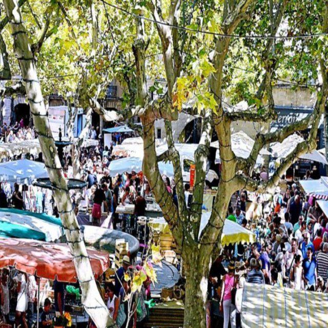 Grand Marché de Sommières tous les samedis. Lors de votre venue à Ethic Etapes Le Cart découvrez ce marché internationalement connu