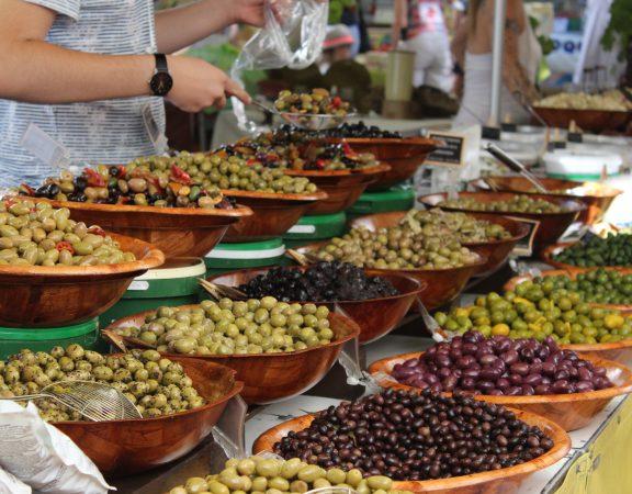 Marché de Sommières : venez déguster les bons produits du terroir lors de votre séjour à Sommières